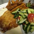 Schnitzel Wiener Art mit Sahnesoße Salat Kartoffelecken