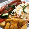 Currywurst mit fruchtiger Tomatensoße dazu Kartoffelecken und Salat