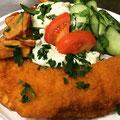 Seelachsfilet mit Currydip dazu Gurkensalat und Kartoffelecken