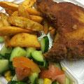 Paniertes Kotelett mit würzigen Kartoffelecken und Tomaten Gurkensalat
