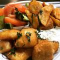 Kibbelinge mit Knoblauchdip dazu Kartoffelecken und Salat