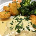 Schnitzel mit Sahnesoße dazu Brokkoli und Röstitaler