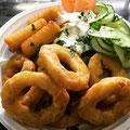 Mittagessen Tintenfischringe mit Joghurtdip dazu Kroketten und Salat