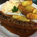 Currywurst mit Kroketten und Farmersalat