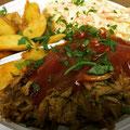 Pulled Pork mit BBQ Soße Wedges und Salat