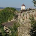 Stadtmauer mit Pfarrkirche im Hintergrund