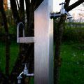Edelstahlbrunnen - Wassersäule aus Edelstahl - Detailansicht Auslaufventile und Schlauchhalter (© Raven Metall Design)