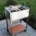 Edelstahlgrill - eckiger Grill aus Edelstahl mit Ablagefläche (© Raven Metall Design)
