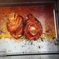 Edelstahlgrill - Kistenbratl aus Edelstahl mit Stahl-Wanne - gegrillte Stelzen (© Raven Metall Design)