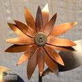 Edelstahlblumen - Edelstahlblume mit Kupferblüte - Detailansicht Kuperblüte (© Raven Metall Design)