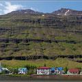 Seydisfjörduer, umringt von Bergen