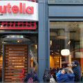 Anstehen im Nutella-Cafe für ein überteuertes Nutella-Brot