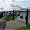 Service am Supermarkt. Für 2 Euro Wassertank füllen und 1 Stunde am Strom stehen (Waschmaschine gibt es auch noch)