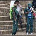 2 bewaffnete Guides muß jede Gruppe dabeihaben, dient wohl der Arbeitsplatzbeschaffung