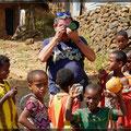 Unser Reiseleiter umringt von Kindern