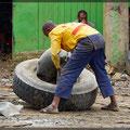 Auch Reifen reparieren ist Handarbeit