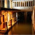 Nachts in den Gassen von Venedig