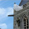Der Fallschirmspringer hängt immer noch an der Kirche