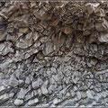 Blick auf eine Höhlendecke, wo Basaltsäulen beginnen