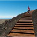 Lange Treppe hinauf auf den Vulkan