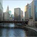 Blick auf den Chicago River mit seinem schönen Riverwalk