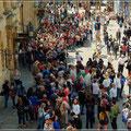 Trotz der hohen Eintrittspreise, lange Schlange vor dem römischen Bad