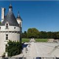 Links der Wachturm zum Schloss