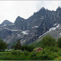 Campingplatz direkt vor dem Gebirgsmassiv Trollveggen