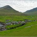 Blick von den Klippen auf Gjógv