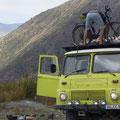 Noch ein Vorteil... Wir können andere Reisende mitnehmen wie hier in Kirgistan 3 Fahrradfahrer.