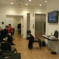 Der Backstage-Bereich mit Monitor zum Verfolgen der Aktivitäten auf der Bühne