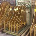 Und das sind keine riesigen Goldbarren, sondern die eisernen Gussrahmen, die einen großen Teil der Saitenspannung tragen.