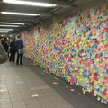 Na, hat's jemand in den Nachrichten gesehen? Das ist eine Wand mit Klebezetteln in der U-bahn Station am Union Square