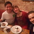 Zwei Freunde und ich freuen uns auf die wohlverdiente Nachspeise