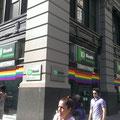 Meine amerikanische Bank hat sich im Juni anlässlich der landesweiten Lesben- und Schwulenebwegung in Regenbogenfarben geschmückt