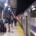 Ratlose Passagiere um Mitternacht auf dem Bahnsteig.
