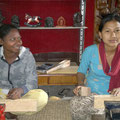 Urmilla et Shreejana (atelier de sculpture sur bois)