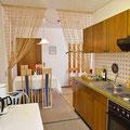 Küche, komplett ausgestattet mit Toaster, Kaffeemaschine, Wasserkocher und Mixer.