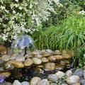 Kleiner Teich mit leise plätscherndem Springbrunnen.