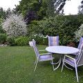 Im Garten können Sie einen zweiten Gartentisch mit Stühlen und zwei Liegen jederzeit benutzen.