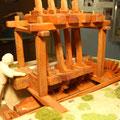Moulin foulon grec. Les maillets sont soulevés par un arbre à cames.