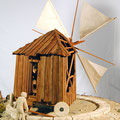 Moulin Portugais. La pression d'un levier fait tourner  la roue et permet la mise au vent.
