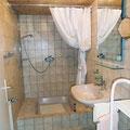 Badezimmer mit Dusche in der Ferienwohnung auf dem Wastlhof