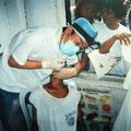 フィリピンでのボランティア歯科治療では、暑さと湿気、そして強烈な臭いとの格闘でした。