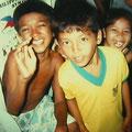 フィリピンボランティア歯科治療プロジェクトにも参加。貧しいながらも、現地のこども達の笑顔は輝いていました。