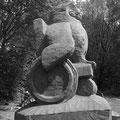 """Hans Jannsen: Skulptur """"Eule im Rollstuhl"""" 2010 für den Eulenwanderweg in Tarp, Eiche, 50 cm"""
