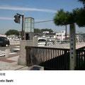平作川に架かる橋で、かながわの橋100選にも選ばれています。灯篭風の照明がとてもよい風情となっています。