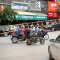 Geschickt - Leitertransport auf kambodschanisch