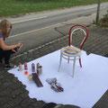 mit Begeisterung bei der Arbeit, der Stuhl wird in Wattenwil im Showroom for You Täglich frische Kunst zu sehen sein