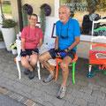 Eine Fahrradpanne hat die beiden vor Atelier Alex halt machen lassen und prompt waren sie von den Stühlen begeistert